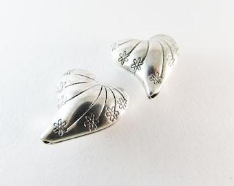 D-00534 - 2 metal heart beads 25x24x12mm, hole 2mm