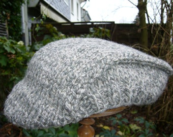 Large knitted flat CAP in shades of grey