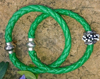 Set of 2 leather Bracelets – green round braided leather cord, 21.5 and 20.5cm.