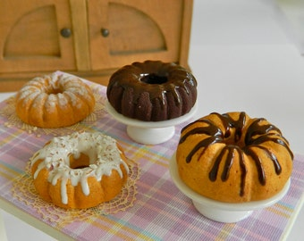Miniature Bundt cakes for Hitty (1:8 scale)