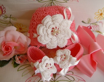 Crochet baby hat and booties. Cotton pink with roses of Ireland apply. Crochet baby girl. Fashion girl for spring