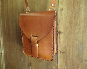 Leather bag. Small. Leather crossbody bag. Leather shoulder bag. With inside pocket. Handmade leather bag. Light brown. Chimango Sur.