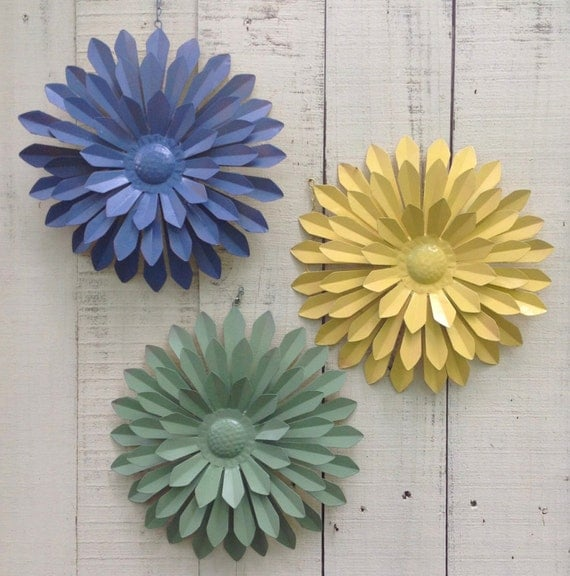 Outdoor metal wall flowers pictures to pin on pinterest for Outdoor wall flowers