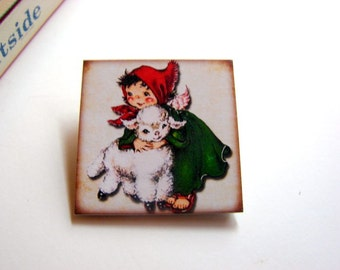 Christmas Brooch - Little Girl Angel Hugging A Lamb Red Scarf Green Robe Angel Wings Vintage Retro - Small Paper And Chipboard Pin Badge