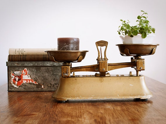 Vintage english cast iron brass market scale kitchen scale for Rustic kitchen scale