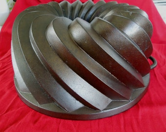 Cast Iron Bundt Pan Large Swirl Design with Handles Hold 20 Cups Gusseisen Backform