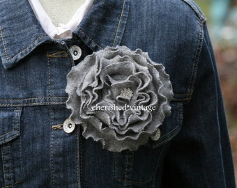 GRaY FLoWeR PiN with RHiNESToNE SPaRKLe