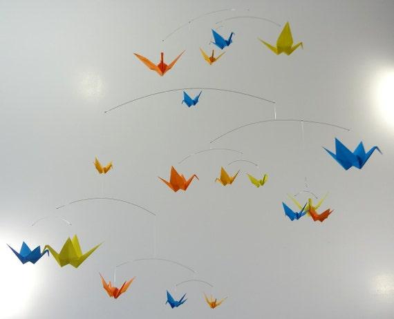 grand origami papier grue mobile en bleu jaune orange. Black Bedroom Furniture Sets. Home Design Ideas