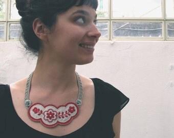 Colar Bordado - Embroidered Necklace - Vermelho de Guimarães