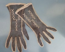 1950s crochet summer gloves. Size 6 - 6 1/2. Size S. Feminine tranparent cotton brown gloves. In excellent vintage condition.