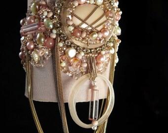 Bracelet manchette textile de créateur, bohême romantique gipsy, soie et ruban métallique brodés de cristal et verre, rose pêche, par kalani