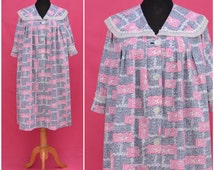 Vintage house robe, 1950s / 60s cotton dressing gown / house coat / peignoir / negligee, Pretty pink, grey printed design, Rockabilly to Mod