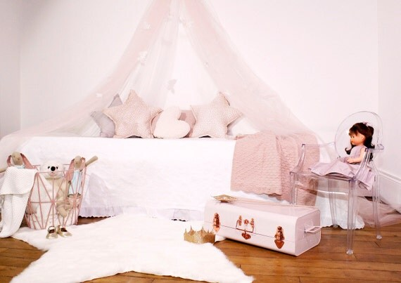 ciel de lit tulle rose tendre et 12 papillons noeuds rose. Black Bedroom Furniture Sets. Home Design Ideas