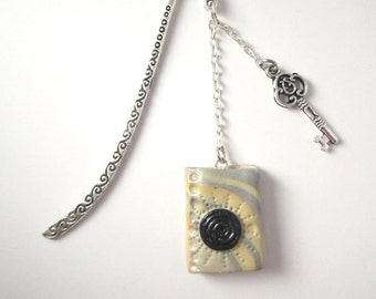 Mark-page mini-book in polymer and charm in the form of key