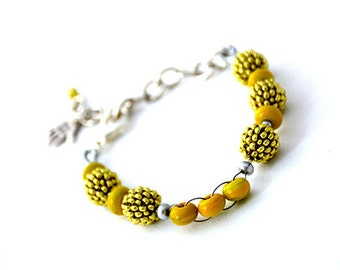 Bracelet with beaded beads and handmade spacer