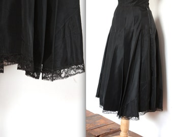 Vintage 1940s Skirt // 40s Black Pleated Taffeta Skirt with Lace Trim // Swing Time // DIVINE
