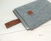 """MACBOOK AIR / PRO 13"""" case in felt with leather closure. In grey with cognac leather closure"""