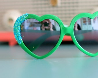 GREEN HEART Glitter Sunglasses.mod girl. retro. colorful shades. hipster. kitsch. summer. sun. party glasses. green. twiggy. big lens. glam.