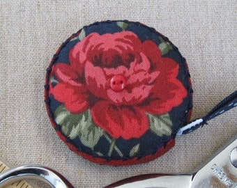 Retractable tape measure, covered with red roses fabric