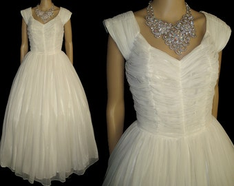 Vintage 1950s Wedding Dress  .  50s Dress  .  Stunning!  . Ruched Bodice  . Nipped waist