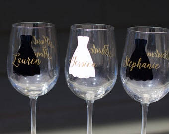Bridesmaids gift wine glasses, personalized monogram, dress wine glasses for wedding. Bridesmaid Maid of Honor gift. Wedding party gift.