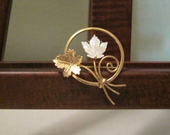 Beautiful 1/20 12 karat Goldfilled and Mother of Pearl brooch with leaves by Creed