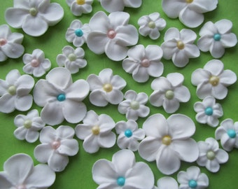White spring flowers with colored centers -- Edible cake decorations cupcake toppers edible (24 pieces)