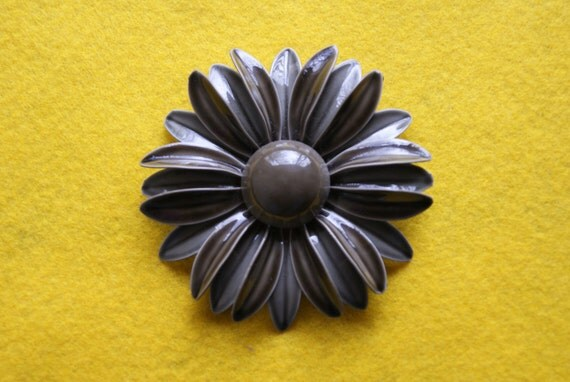 Vintage Shaded Gray Enamel Pin Or Brooch Unmarked Circa 1960s Daisy Flower Motif