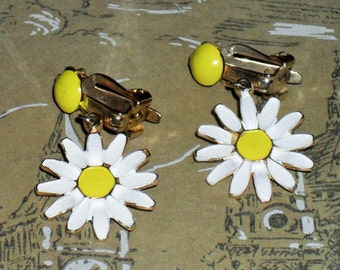 1960s Daisy Clip on Earrings (3526)