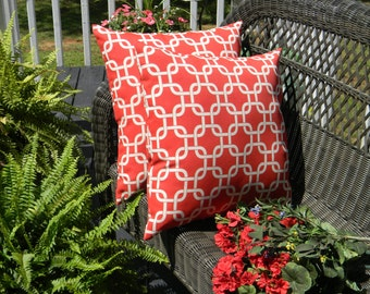 Set of 2 - Red & White Geometric Chain Link Pattern Indoor / Outdoor Decorative Throw Pillows