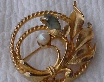 Vintage  Sarah Coventry floral design brooch goldtone, faux pearl and green stone