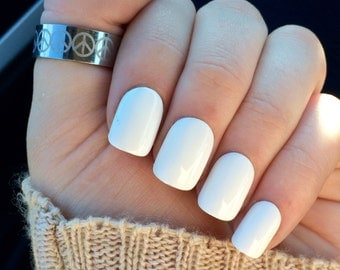 White nails, fake nails, white acrylic nails, false nails