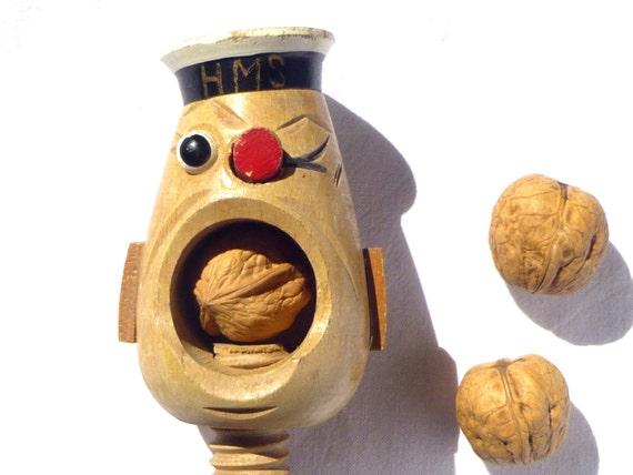 Casse noix vintage vis en bois fran ais t te de marin - Casse noix en bois ...