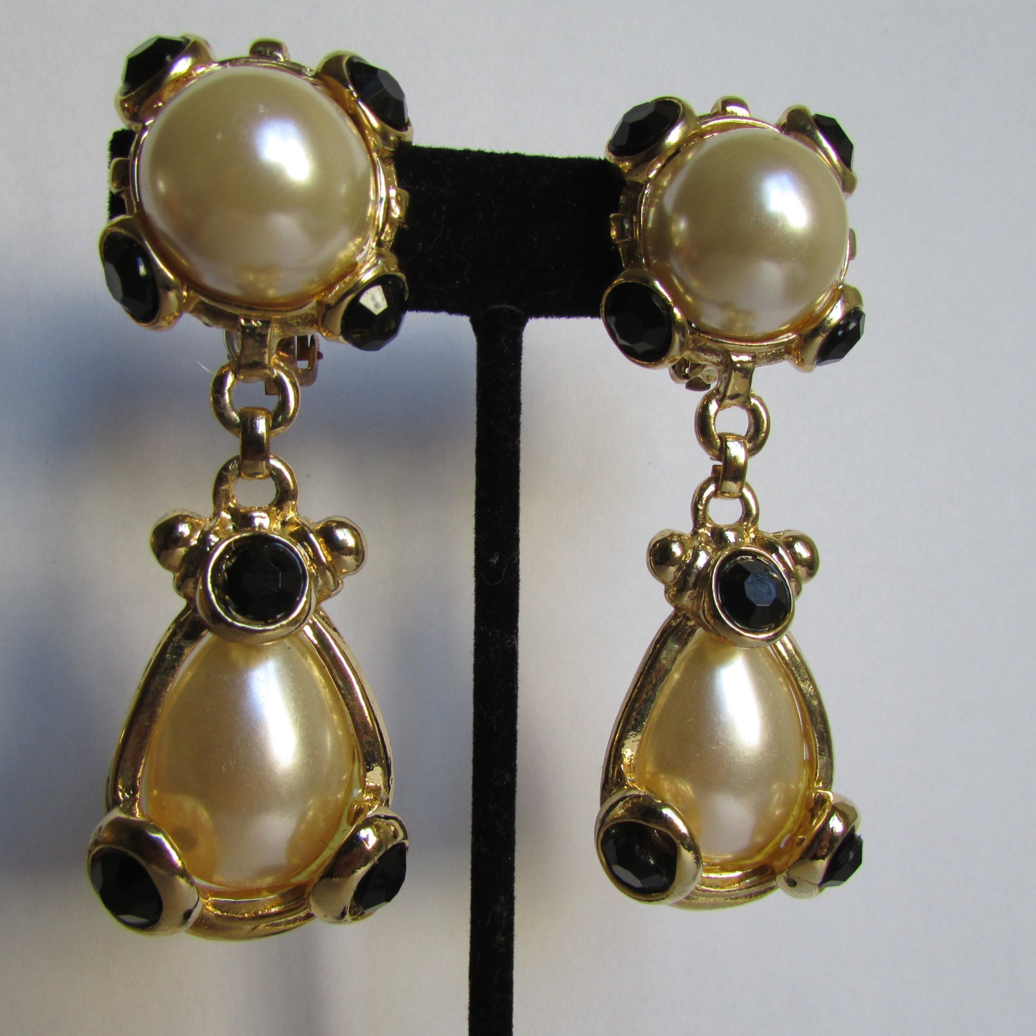 vintage earrings gold faux pearl clip on drop by cruzvintage. Black Bedroom Furniture Sets. Home Design Ideas