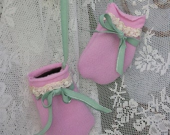 Cute baby mittens pink/Antique Lace/Velvet band/Mother-of-pearl Button/Glass Knot/Lovely/hot/Bows/Pink & Mint