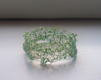 bracelet in green wire and pearls