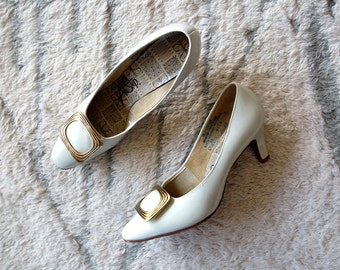 Vintage White Pumps / 1960s Heels / Mod Shoes / Buckle Shoes / Size 6.5
