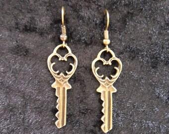Filigree key earrings in antique brass - A1
