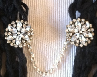 The mattie rhinestone flower sweater clip adds the right amount of sparkle to your wardrobe.