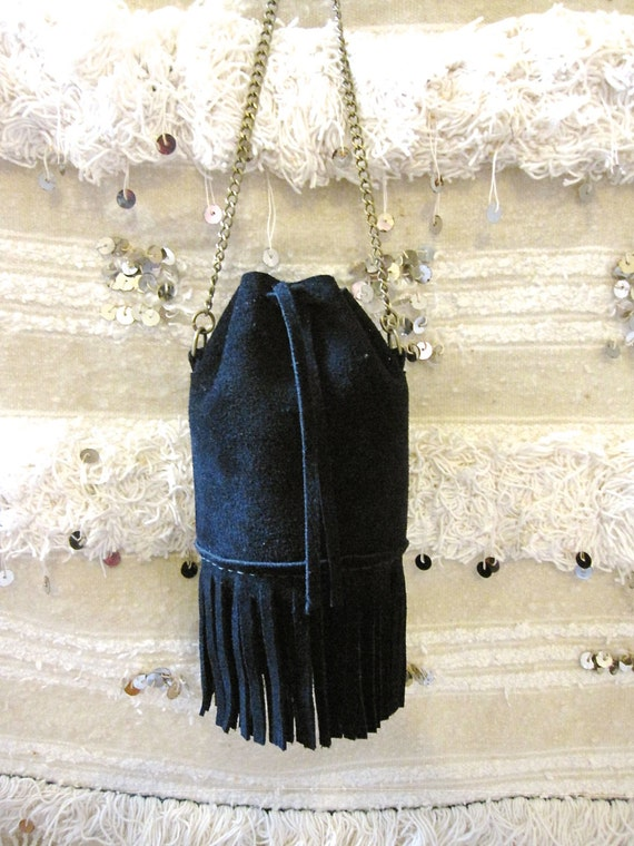 VERY CHIC small midnight blue fringe round-bottom bucket purse, fringe accent with brass chain strap, perfect size for an evening out!