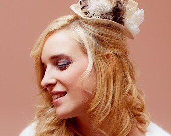 Victoria Hat - Feather - Organza flower - Lace - Hair Accessories - Wedding - Sautoir et Poudrier - IN STOCK