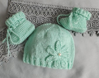 premature Tuque with knitted flower and slippers to photograph baby at the studio.