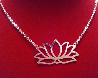 Choker silver metal and adorned a pendant water lily.