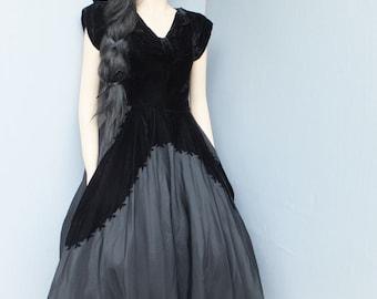 Vintage Evening Holiday / Prom Dress / Velvet Dress w/Side Metal Zipper Medium 34 bust or 86 cm