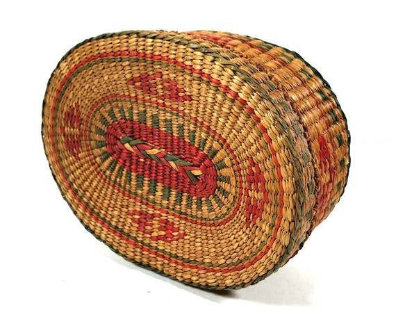 vintage small oval woven basket with matching lid by mysticlily. Black Bedroom Furniture Sets. Home Design Ideas