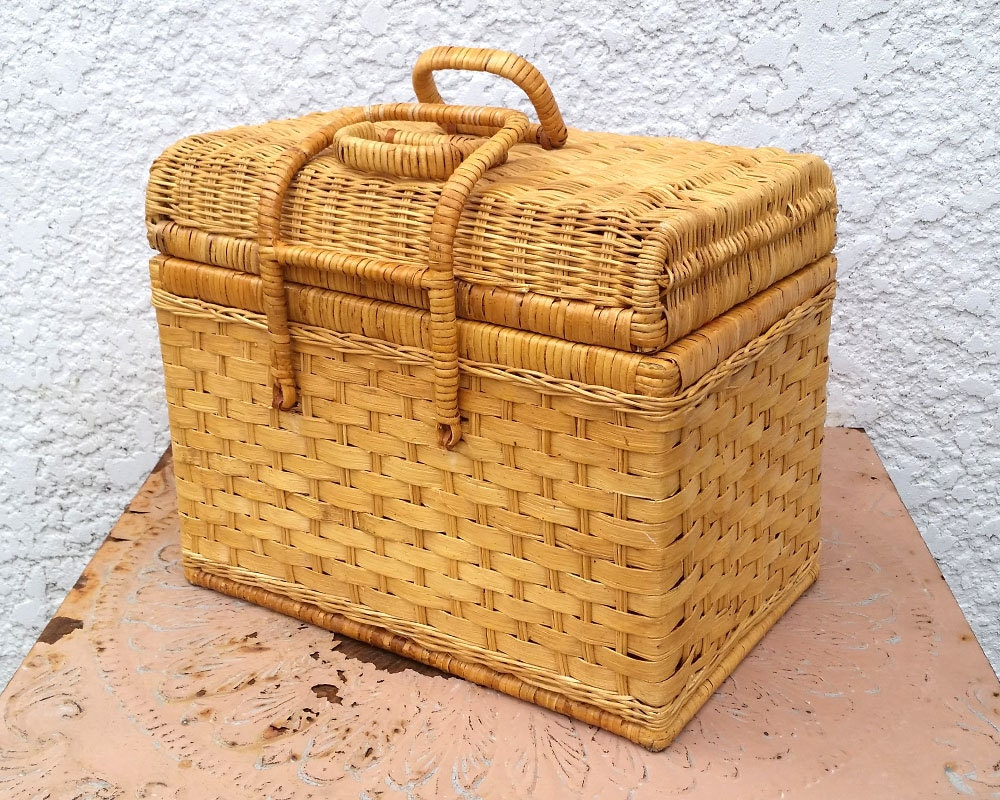 woven wicker basket with hinged lid and handles. Black Bedroom Furniture Sets. Home Design Ideas