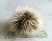 Beautyful and fluffy faux fur pom pom.