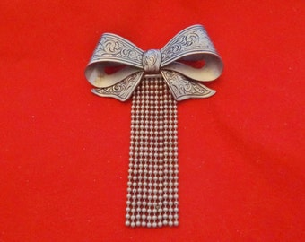 """Vintage silver tone  3"""" bow with dangles brooch in great condition, high end and beautifully made"""