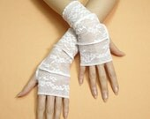 White Lace Fingerless Gloves, Trashy Armwarmers, Bohemian Upcycled Look Mittens, Armstulpen Regency Clochard hand Covers Boho Shabby Chic