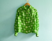 Reserved for I.P. ... Vintage floral blouse shirt / green white / buttoned / long sleeves / with collar / medium
